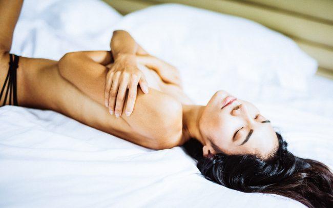 Fotografie Göttingen Asistische Frau liegt auf einem Bett