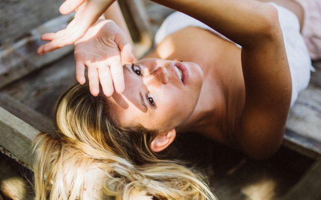 Fotografie Göttingen Blonde Frau liegend in einem Boot