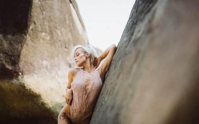 Fotografie Göttingen Frau in Spitzenbody lehnt an einem Felsen
