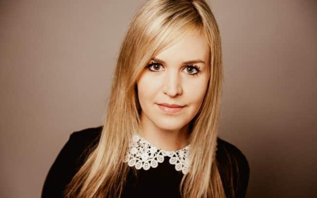 Bewerbungsfoto einer Frau mit langen blonden Haaren