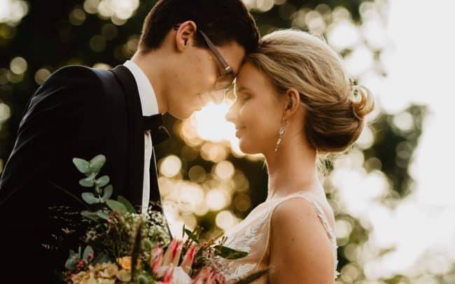Hochzeitsfotografie Göttingen romantisches Brautpaar auf Waldlichtung