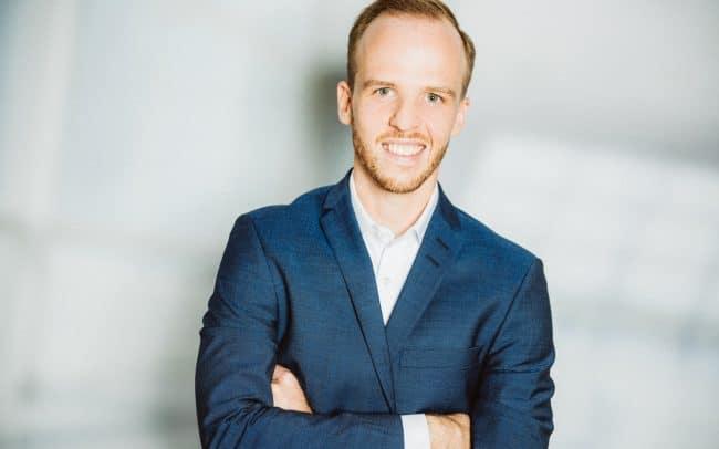 modernes Bewerbungsbild Mann vor Business Hintergrund