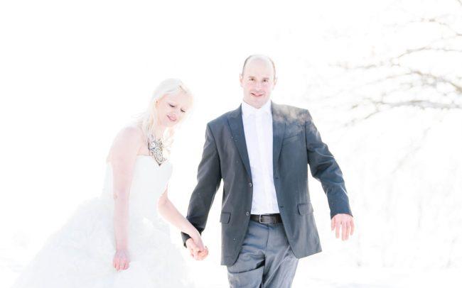 Hochzeitsfoto im Schnee mit glücklichem Paar