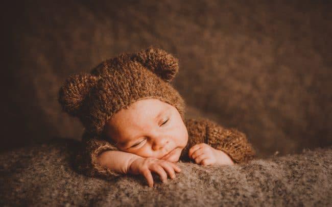 Newbornfotografie Baby im Bärenkostüm im Studio von Miriam Merkel