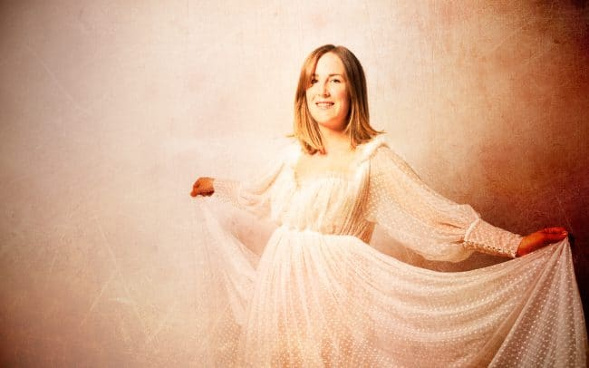 Schwangerschaftsfotografie Studio mit Maternity Gown weiss