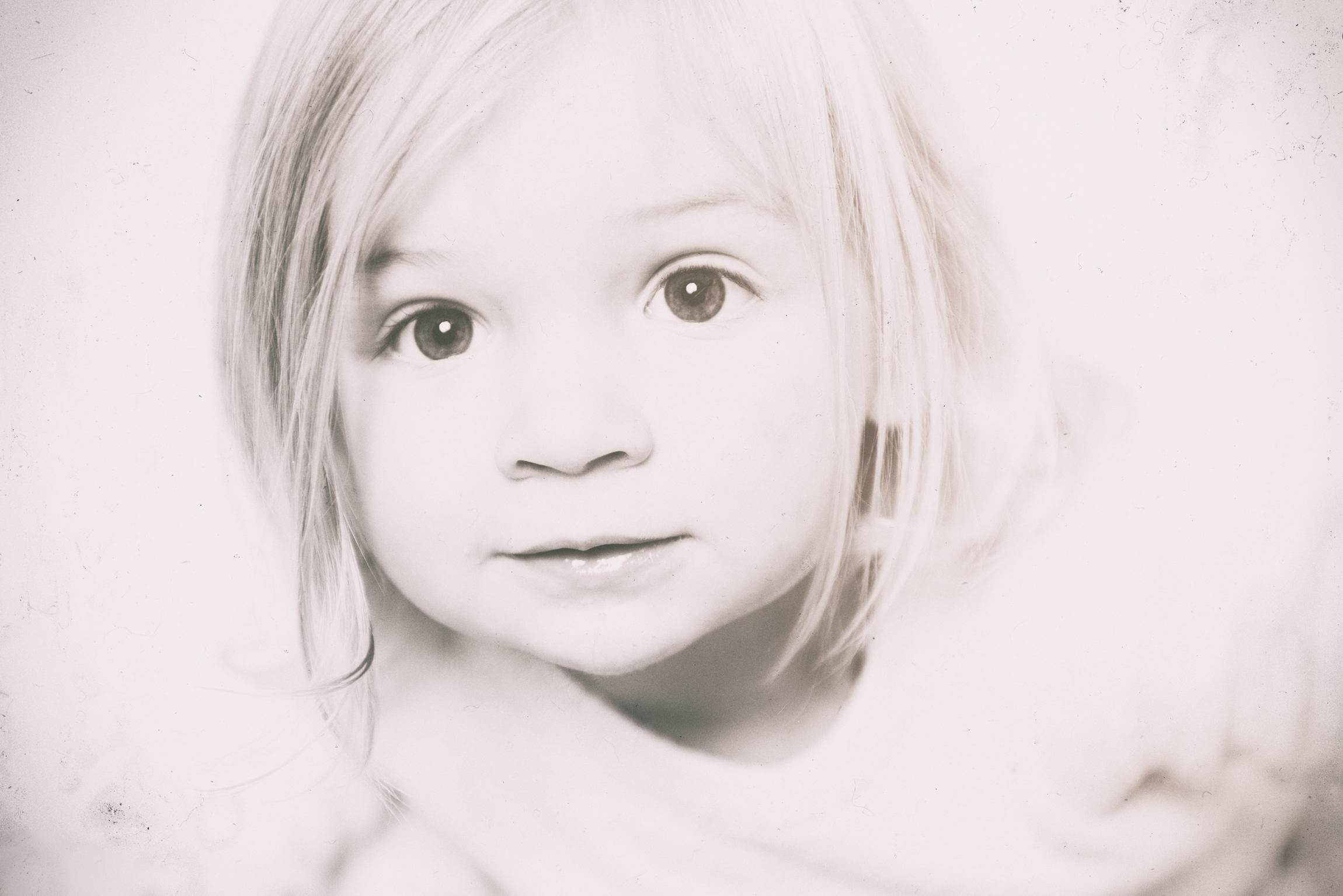 Portraitfoto kleines blondes Mädchen