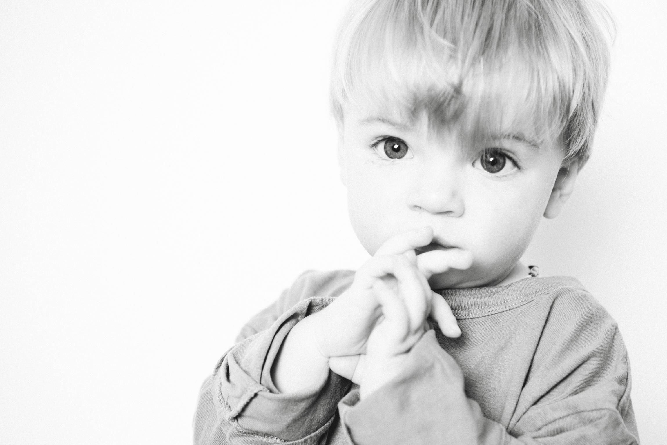 kleiner Junge schwarzweiss Fotografie