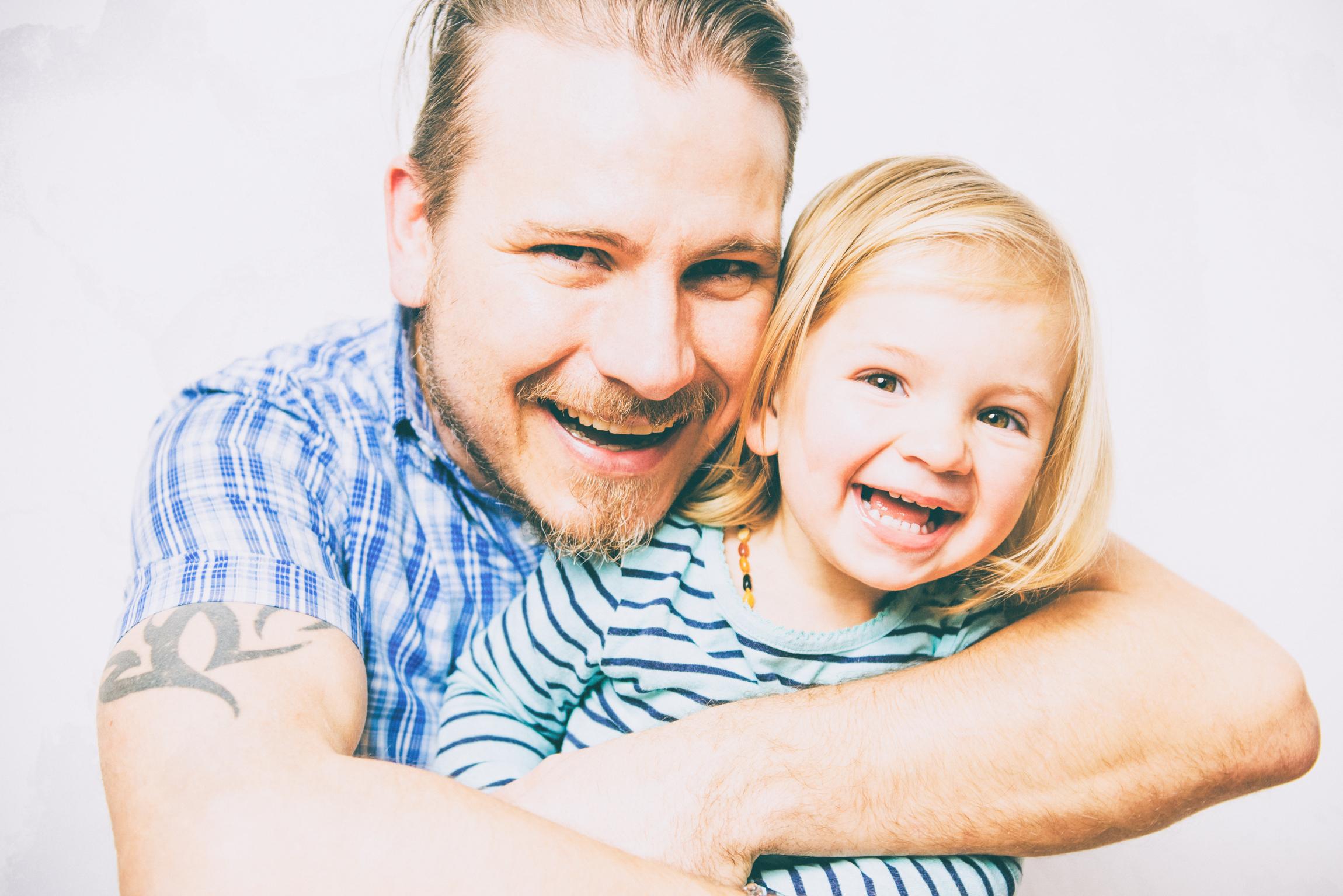 Vater umarmt kleine Tochter